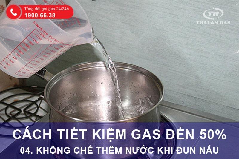 Cách tiết kiệm gas: Không chế thêm nước khi đun nấu